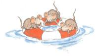 Drei kleine Mäuse sitzen auf einem Schwimmring, der im Wasser schwimmt.